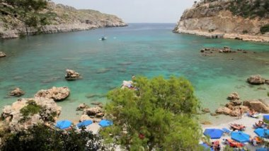 Sunbathers enjoying Anthony Quinn beach nr Lindos, Rhodes Island, Greece — Stock Video