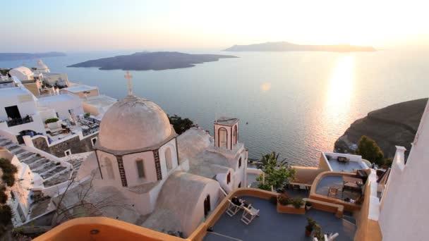 Cúpula azul de la iglesia local y el blanco lavado casas del mar Egeo, Grecia — Vídeo de stock