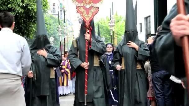 Desfile de Nazarenos encapuchado — Vídeo de stock