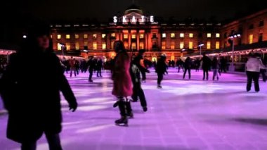 People Ice Skating in city — Stock Video