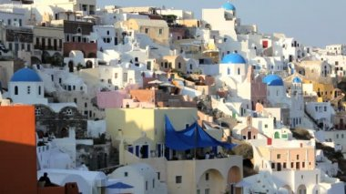 Town of Oia with people enjoying a drink  Santorini,  Greece — Vídeo de stock