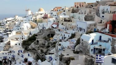The white washed homes in the town of Oia, Greece — Stock Video