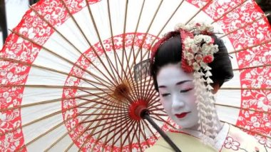 Beautiful Japanese Geisha posing — Stock Video
