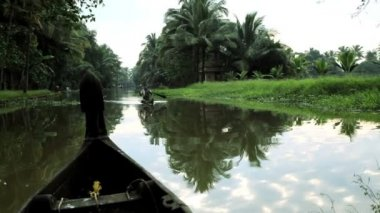Canoes passing on Kerala backwaters — Stock Video