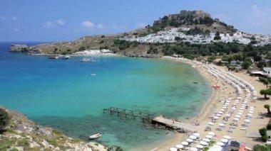 Sunbathers enjoying Anthony Quinn beach nr Lindos, Rhodes Island, Greece — Stock Video