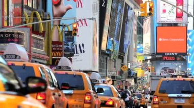 People traffic and billboards of Times Square, New York, USA — Vídeo de stock