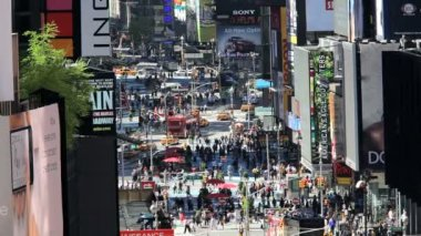 Vertical view of busy Times Square in daylight, Manhattan, New York,  USA — Stok video