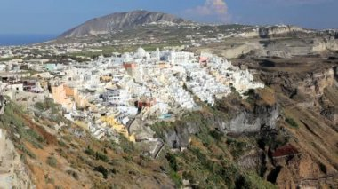 Panning across the bay to the white washed houses of Thira, Aegean Sea, Greece — Stock Video