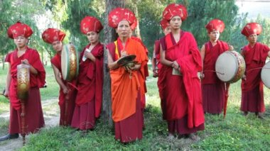 Buddhist monks playing instruments — Stock Video