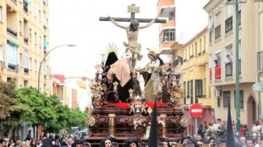 Religious Trono  carried by the Costaleros Semana Santa — Stock Video