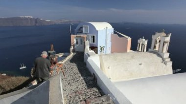 Artist painting in the town of Oia Island  Santorini, Greece — Stock Video