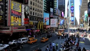 People traffic and billboards of Times Square, New York, USA — Vídeo stock