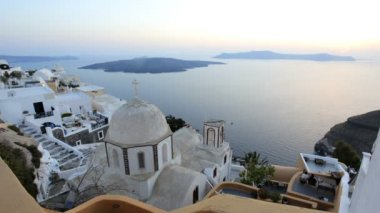 Sunset over the white washed houses of Thira, Santorini, Greece — Stock Video