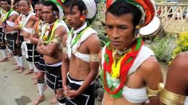 Tribesmen from the Naga tribe waiting to perform at tribal gathering Hornbill Festival — Stock Video