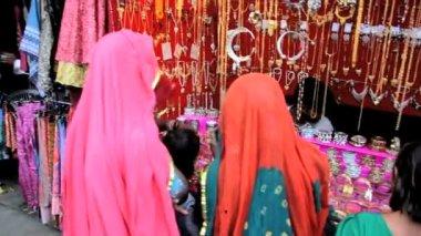 Women buying jewelry — Stock Video