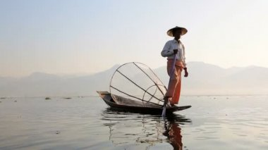 Fisherman fishing on Inle Lake — Stock Video