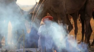 Tribesmen cooking while at Camel Fair — Stock Video