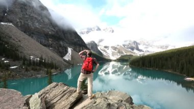 Lone male hiker viewing  Moraine Lake Valley — Stock Video