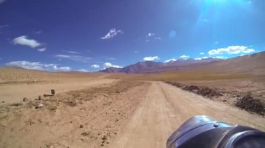 Motorbike motion arid landscape remote — Stock Video