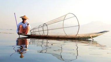 Fisherman fishing on Inle Lake — Stockvideo