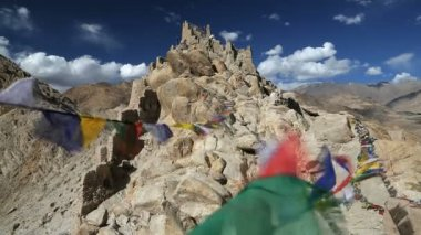 Prayer flags and ruins of Shey Place — Stock Video