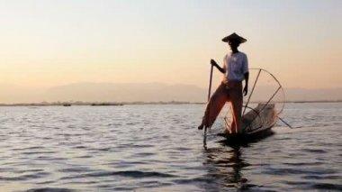 Fishermen fishing on Inle Lake — Stock Video