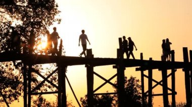 People crossing Bein Teak Bridge — Stock Video