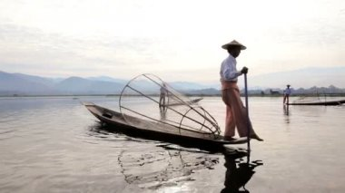 Fishermen fishing on Inle Lake — Vídeo Stock