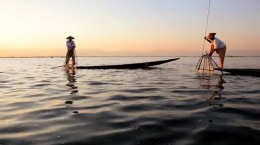 Local Fishermen fishing on Inle Lake — Vídeo Stock