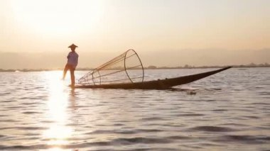 Fisherman fishing on Inle Lake — Video Stock