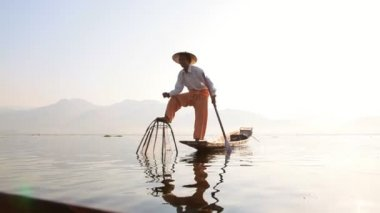 Fisherman fishing on Inle Lake — Vídeo Stock
