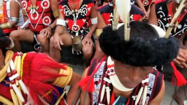 Tribesmen from the Ao tribe waiting to perform at Hornbill tribal gathering — Vídeo de Stock