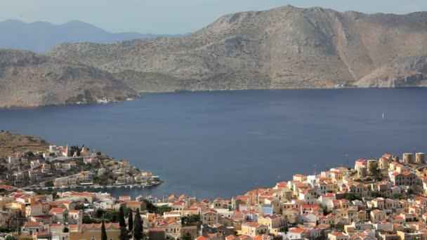 Casas Simi por el bello puerto de la isla de Symi, Grecia — Vídeo de stock