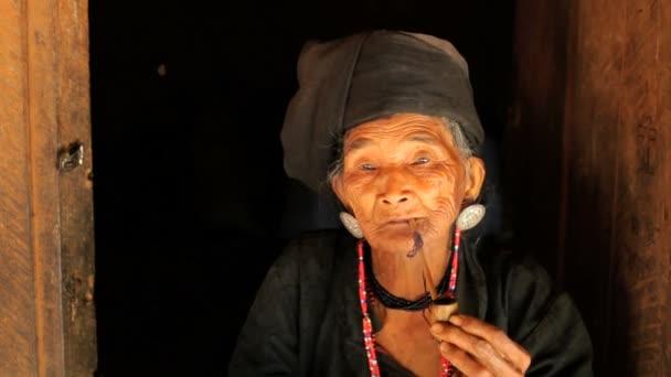 Tribe woman smoking pipe — Vidéo