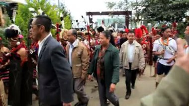 Tribesmen from different tribes gathering at tribal Hornbill festival — Stock Video