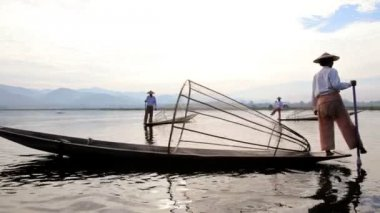 Fishermen with conical net — Vídeo Stock