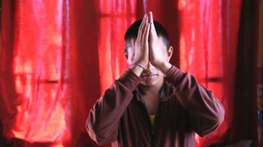 Buddhist Monk in prayer — Stock Video
