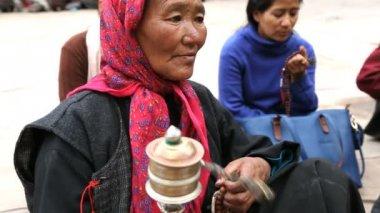 Buddhist female spinning prayer wheel — Stock Video