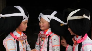 Local dancing girls in traditional Chinese costumes — Wideo stockowe