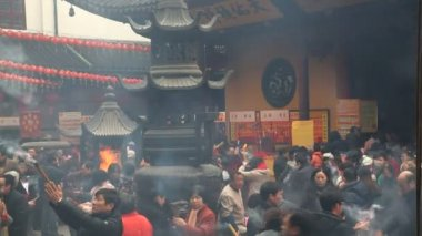 Chinese people burning incense at the Jade Buddha Temple — Stock Video