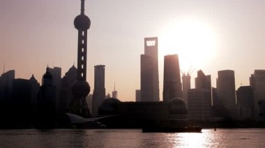Sunrise over Oriental Pearl Tower — Stok video