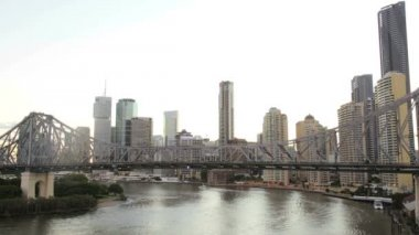 Story Bridge and Brisbane city skyline — Stock Video
