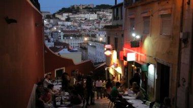 People eating outside Lisbon restaurant — Vídeo de stock