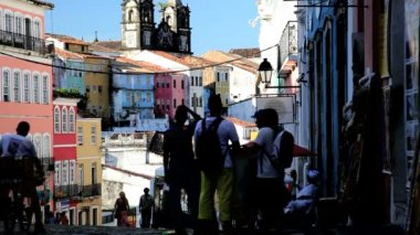 Tourists in the Historical center of Pelourinho — Stock Video
