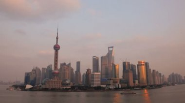 Sunset over Oriental Pearl Tower — Stok video