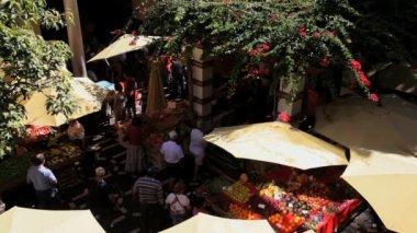 Outdoor fresh fruit and vegetable market — Stockvideo