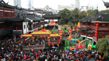 People visiting Yuyuan Garden and shopping area — Vídeo Stock
