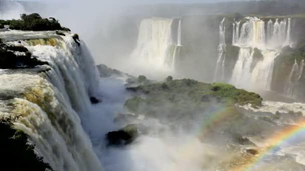 Arco iris creado a partir de las Cataratas del Iguazu — Vídeo de stock