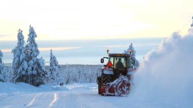 Mechanical snow clearing machine in motion — Vídeo stock