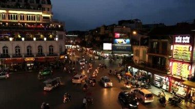 Bac Dinh square illuminated dusk vehicle traffic — Стоковое видео